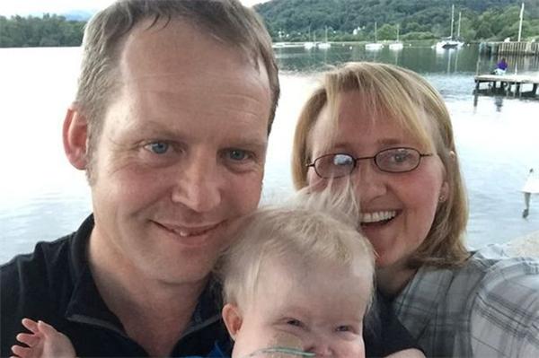 Vicky và Michael đã rất khổ sở khi phải đưa ra quyết định tắt máy thở của con trai bé bỏng.