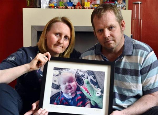 Vicky và Michael vẫn luôn thương nhớ đứa con yểu mệnh và hivọng có thể giúp đỡ những bệnh nhi khác tránh kết cuộc tương tự. (Ảnh: Internet)