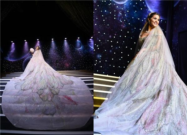 Chiếc váy cưới hòa cùng ánh sáng lung linh càng làm tăng độ huyền ảo của bữa tiệc. (Ảnh: Internet)