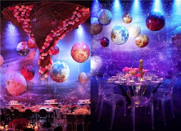 Những quả cầu rủ xuống từ trần nhà tượng trưng cho các hành tinh của hệ mặt trời. (Ảnh: Internet)