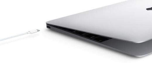 Sạc bằng laptop là một trong những thói quen của nhiều người.(Ảnh: Internet)