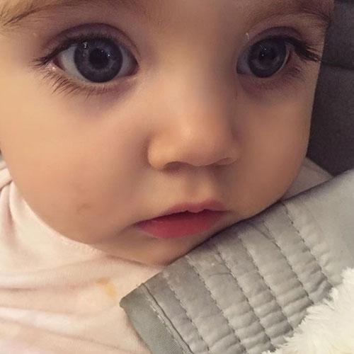 Cô bé đã được giới truyền thông yêu mến tặng cho danh hiệu em bé đẹp nhất thế giới.