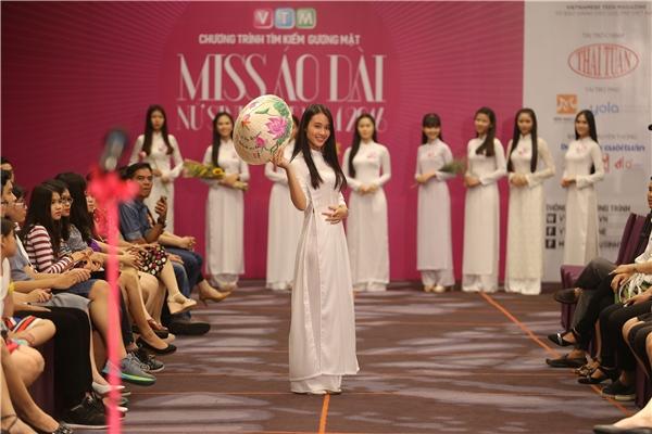 Top 60 nữ sinh áo dàilần lượtthực hiện vòng thi của mình.