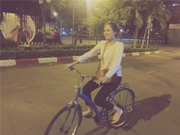 Cư dân mạng bất ngờtrướchình ảnh Hoa hậu Diễm Hương giản dị đạp xe đạp trên phố.