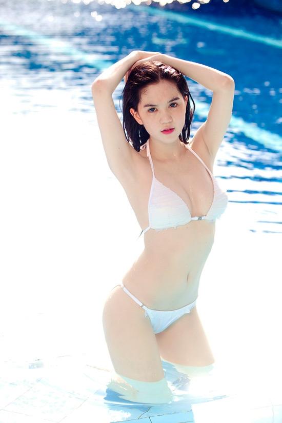 """Tự tin với """"body chuẩn"""",Ngọc Trinh thường xuất hiện trong những bộ ảnh cùng bikini gợi cảm thế này."""