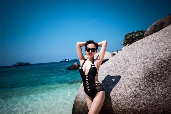 Nữ gíam khảo Vietnam Idol Kids - Tóc Tiênthả dáng trong bộ bikini một mảnh khoe khéo vòng eo thon thả cùng vòng 1 bốc lửa.
