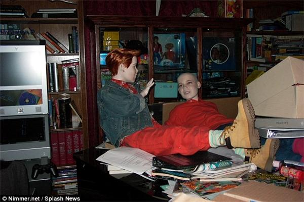 Hai bức tượng được đặt ngồi ở tư thế giống như đang trò chuyện với nhau.
