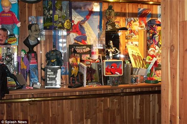 Michael còn có nguyên một bộ sưu tập đồ chơi siêu nhân các thể loại.