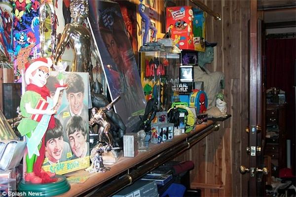 Ông sở hữu hầu hết các món đồ chơi ăn theo các nhân vật nổi tiếng trong truyện tranh và phim ảnh, âm nhạc.