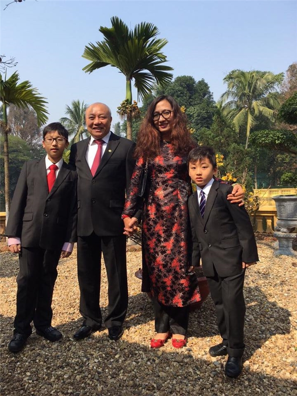 Cả gia đình cùng nhau đi du lịch và tham gia nhiều hoạt động.