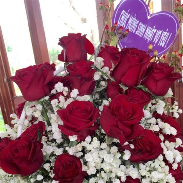 Bó hoa tươi thắm dành tặng vợ yêu nhân ngày sinh nhật.