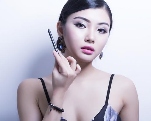 Nghệ sĩ trangđiểm Hồng Nhung chia sẻ: cô cũngđã sẵn sàng cho thử thách kì này dù là lầnđầu thực hiện
