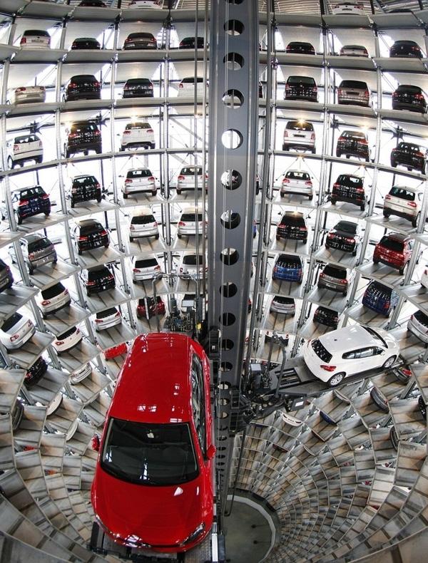 Ởnhà máy củamột hãng xetạiWolfsburg, Đức. Những chiếcxe hơi sau khi hoàn thiện sẽ được đưa vào giàn đậu công nghệ cao, chờ ngày xuất xưởng.(Ảnh Internet)