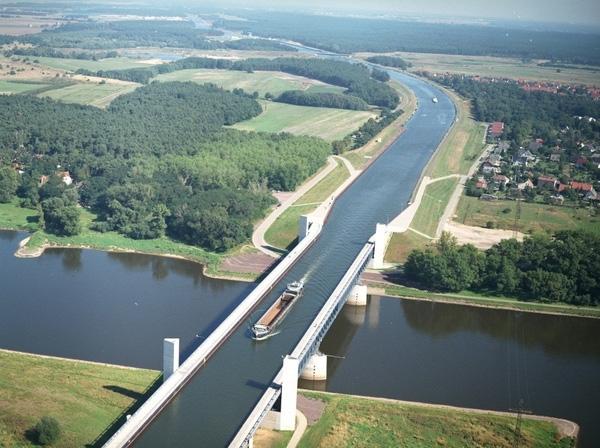 Cầu nước Magdeburg, dấu ấn nỗi bật về quy mô thủy lợi Đức. Chiếc cầu dẫn nước độc đáo dài 918mnày vừadẫn nước vừa giúp cho tàu thuyền lưu thông dễdàng hơn.(Ảnh Internet)