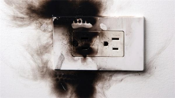 Dùng đồ điện kém chất lượng có thể gây chập điện