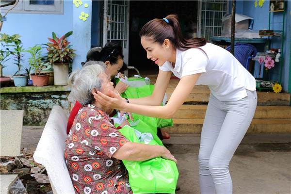 Ngoài bánh, sữa, Phạm Hương còn tự tay chọn từng chiếc khăn và những chai dầu nóng để gửi tặng các cụ.