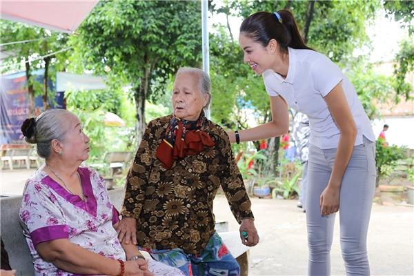 Nhận được những món quà từ tay Phạm Hương, các vị nghệ sĩ rất vui và hạnh phúc.