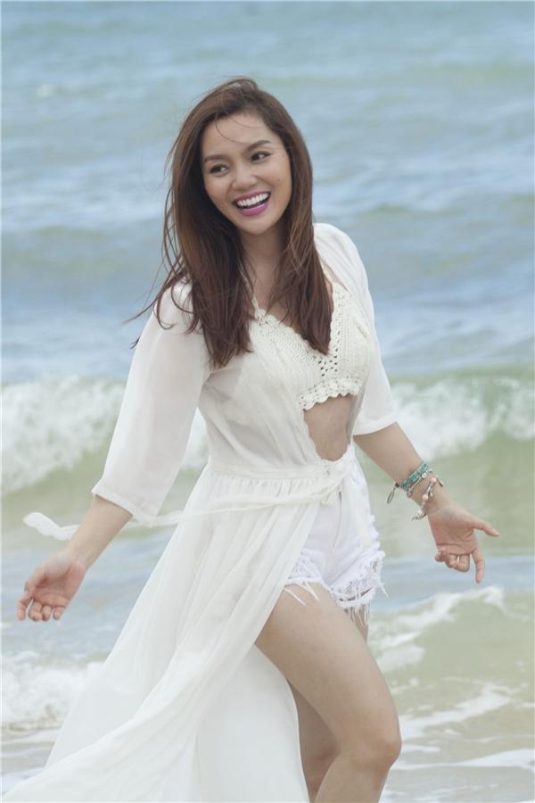 Sau liveshow tiền tỉ kỉ niệm 11 năm ca hát, Ngọc Anhtiếp tục tấn công bằng MV Lắng nghe con tim -sáng tác của nhạc sĩ trẻKhắc Hưng.