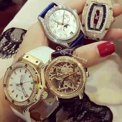 Cô có niềm đam mê với đồng hồ hàng hiệu.
