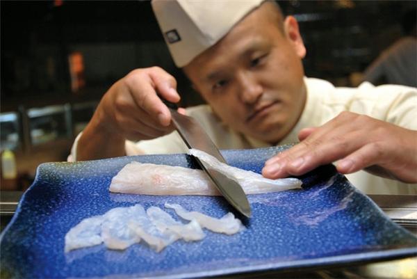 Chỉ những ai có tay nghề vững vàng nhất mới được cấp phép chế biến các món ăn từ cá nóc. (Ảnh Internet)