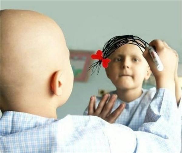 """Cô bé là một bệnh nhi mắc bệnh ung thư. Một ngày, cô đến trước gương vàlấy bút vẽ lên gương mái tóc của chính mình.Ước mơ của cô bé đơn giản chỉlà có một mái tóc đủ dài để có thế buộc nơ. Cô bé """"vô tư"""" đến mức làm những người xung quanh đứng nhìn màkhông khỏi xót xa và đau đớn."""