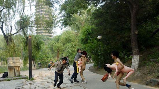 """Cảnh sát đang đuổi bắt các thanh niên khỏa thân mang búp bê ra đường, còn họ thì đang ra sức chạy trốn để bảo vệ """"người yêu""""."""