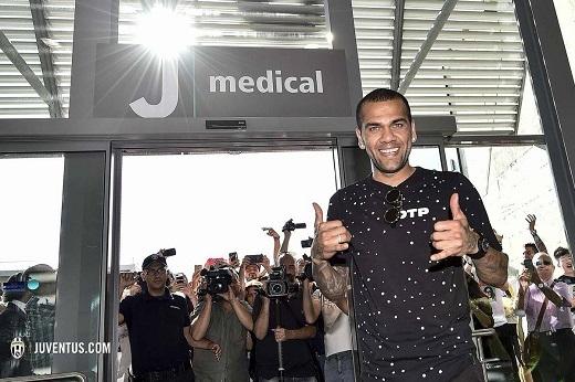 Hậu vệ Dani Alves đã chính thức gia nhập Juventus