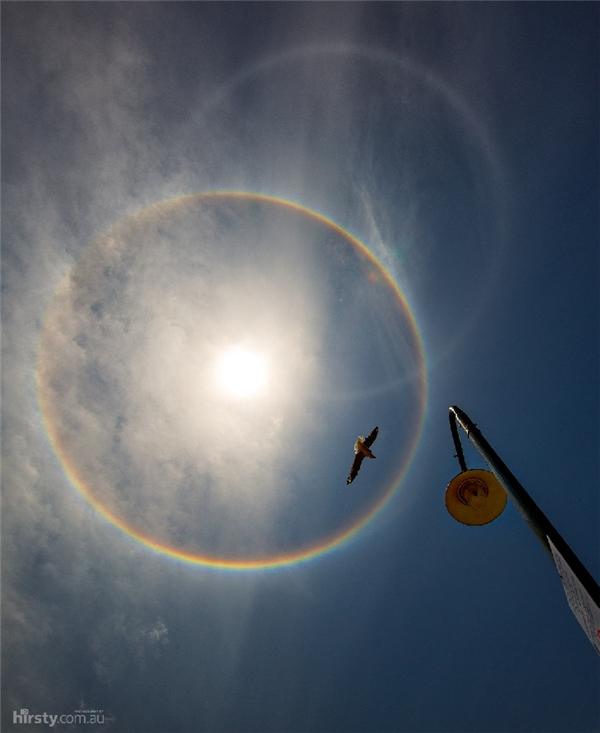 Còn đây là hiện tượng hào quang mặt trời.