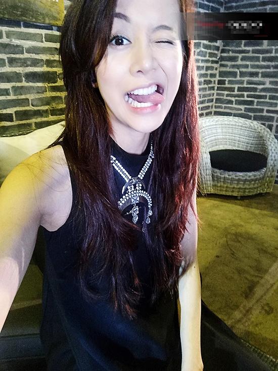 Trong khi các thí sinh khác hướng đến hình ảnh ngọt ngào, nữ tính trong thử thách selfie thì An Nguy lại trợn mắt, lè lưỡi trông khá đáng sợ.