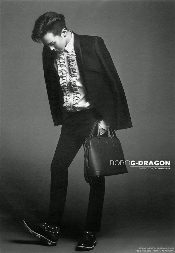 G-Dragontrong vest đen khoác hờ, kết hợp với sơ mi trắn và giày tây. (Ảnh: Internet)