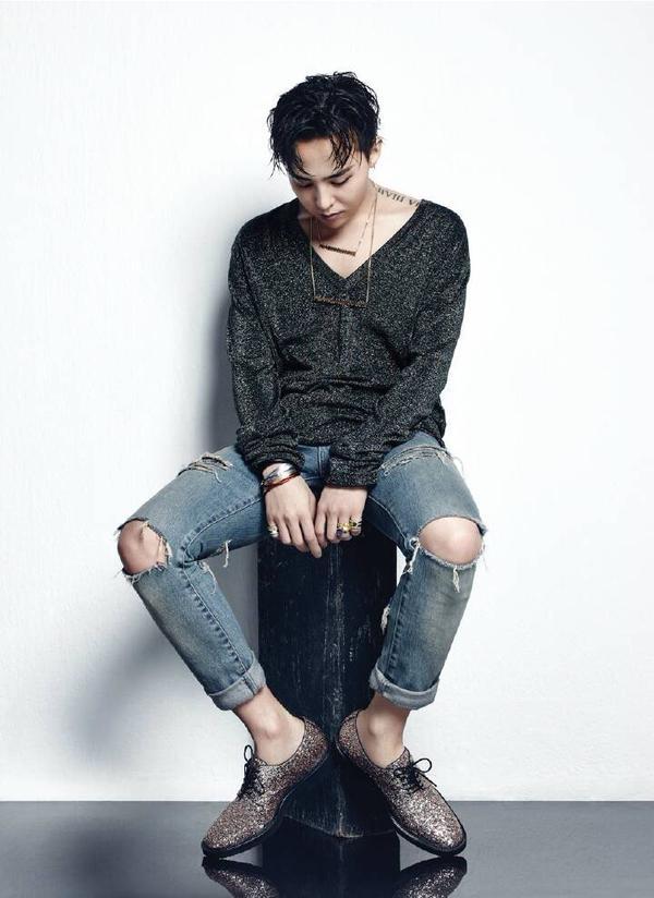Anh thường hay kết hợp jeans rách, áo thun kiểu và những phụ kiện tạo điểm nhấn khác. (Ảnh: Internet)