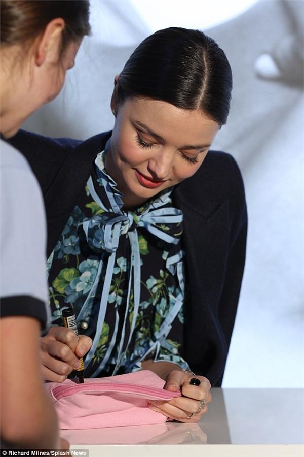 Cô tiếp tục ký tặng cho các fan của mình.