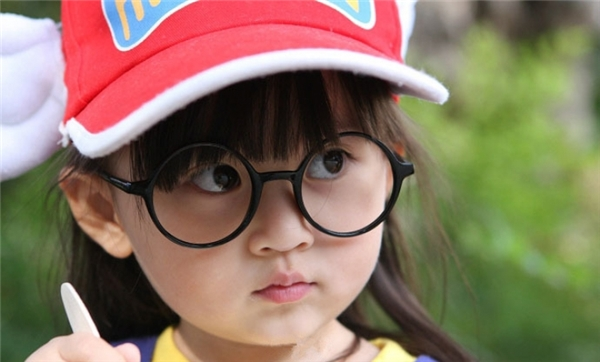 Gương mặt xinh xắn, đôi mắt to tròn long lanh,cô bé được đánh giá không khác gì so với bản gốc nhân vật Arale Norimaki trong truyện Dr.Slump.