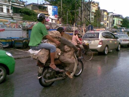 Khi người Việt Nam thể hiện óc hài hước... bật tung nóc