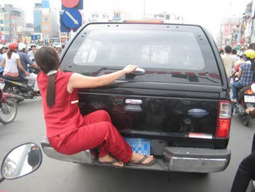 Một vụ đu bám xe hơi để... đánh ghen chăng?