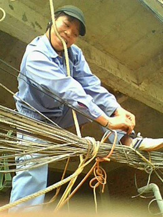 Anh đang buộc đường dây điện chứ không phải buộc dây thừng cắm trại đâu, đừng làm mọi người đau tim thế.