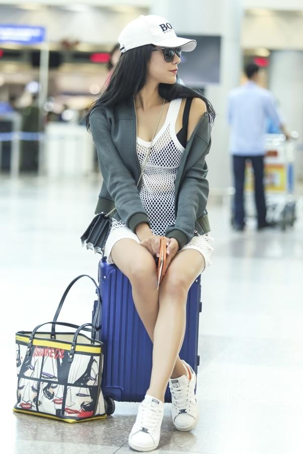 Diệp Lâm Anh cho biếtcô vừa trở về từ Đà Lạt sau một ngày vất vả chụp ảnh quảng cáo. Hiện tại cô sẽsang Hàn Quốc để thực hiện chương trình Cầu thủ nhí.