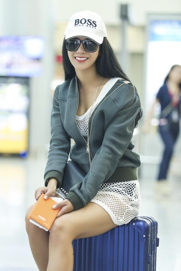 Diệp Lâm Anh gây chú ý khi diện trang phục lướixuyên thấu táo bạo tại sân bay.