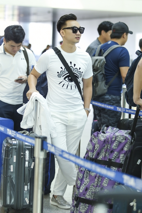 Nam MC của The Remix diện trang phục thể thao với phong cách white-on-white.