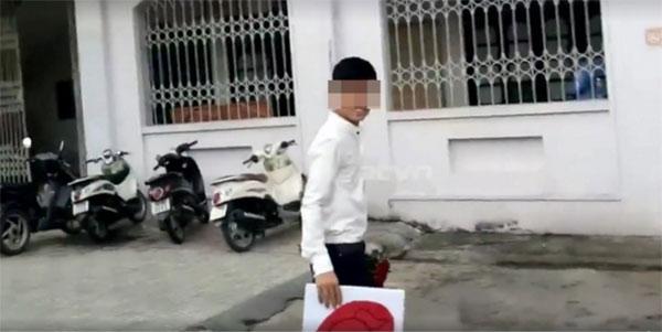 Chàng trai nhận nguyên nhiều xô nước vào người khi đứng dưới kí túc xá hát tỏ tình với bạn gái.