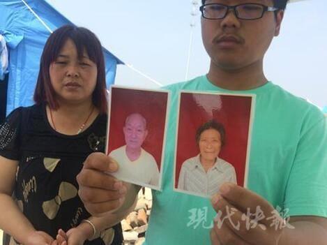 Trần Uy cầm di ảnh của ông bà nội cho phóng viên chụp lại. (Ảnh: Internet)