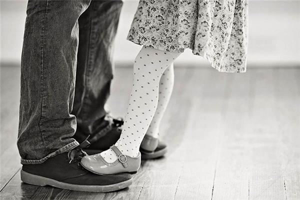 Dù có chuyện gì, bố vẫn luôn ở bên nâng đỡ từng bước chân con đi.