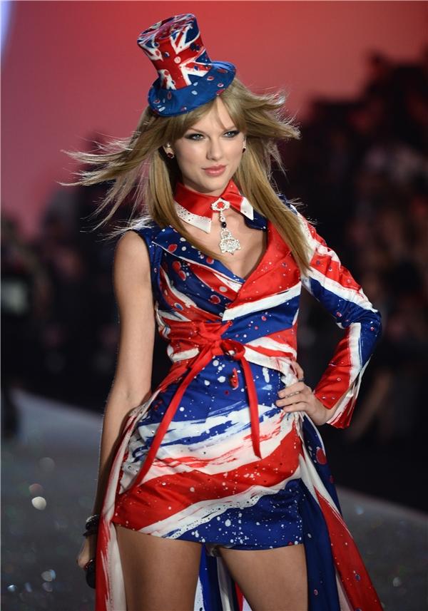 Trình diễn cùngFall Out Boystại Victoria's Secret Fashion Show năm 2013. (Ảnh: Internet)