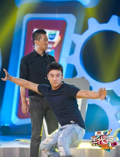 """""""Triển Chiêu"""" thi triển màn bảo vệ """"Bao Chửng"""" trên sân khấu. Ảnh: Ifeng."""
