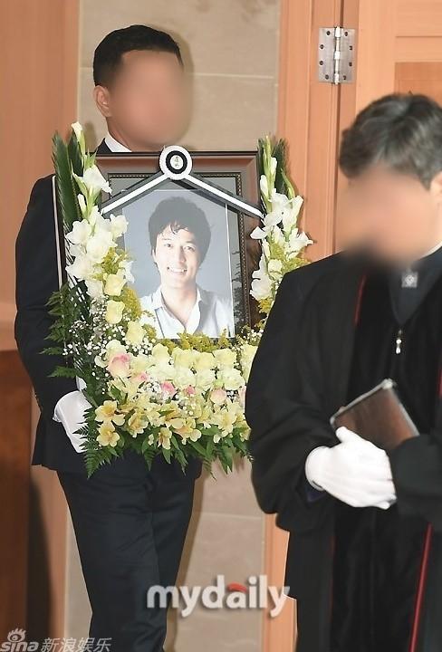 6h sáng 28/6, lễ tang diễn viên Kim Sung Min tổ chức tại Nhà tang lễ Bệnh viện St.Mary (Seoul). Nghi lễ theo đạo Thiên Chúa được tiến hành trong khoảng 30 phút. Sau đó, di thể của anh được đưa về nơi an nghỉ cuối cùng.