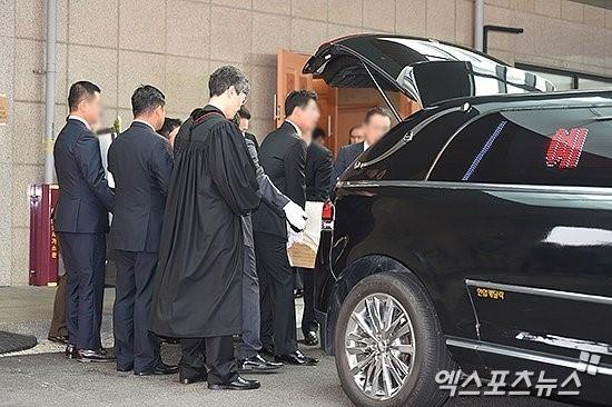 Truyền thông cho biết không có nhiều nghệ sĩ nổi tiếng đến đưa tiễn Kim Sung Min vào sáng nay. Sau khi anh qua đời, một số đồng nghiệp từng hợp tác với anh trong show truyền hình có đến chia buồn với gia đình.