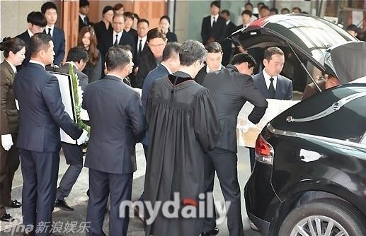 Lễ tang của Kim Sung Min diễn ra khá vắng vẻ, chủ yếu chỉ có thành viên trong gia đình.