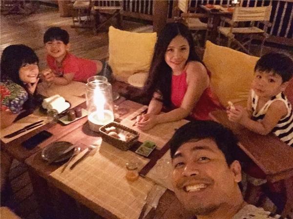 """MC Phan Anhchia sẻ hình ảnh chuyến nghỉ dưỡng của cả gia đình với dòng chú thích:""""Tình cảm gia đình là tình cảm vượt lên trên mọi tình cảm.Xin gửi lời chúc sức khoẻ, vui vẻ, hạnh phúc tới mọi gia đình Việt Nam."""""""