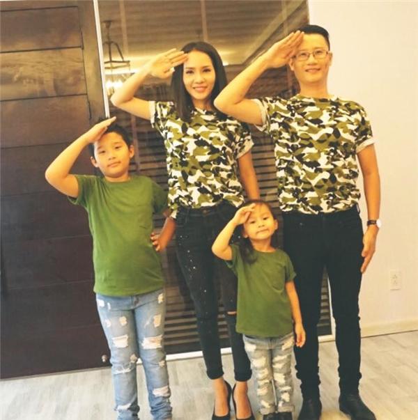 """Tổ ấm 4 người nhàHoàng Bách diện """"đồng phục"""" nhân ngày Gia đình Việt Nam. Nam ca sĩ còn chia sẻ một mệnh lệnh hết sức đặc biệt tới mọi người: """"Xin mọi gia đình chú ý lắng nghe mệnh lệnh từ chúng tôi: Hãy sống hạnh phúc bên nhau!"""""""