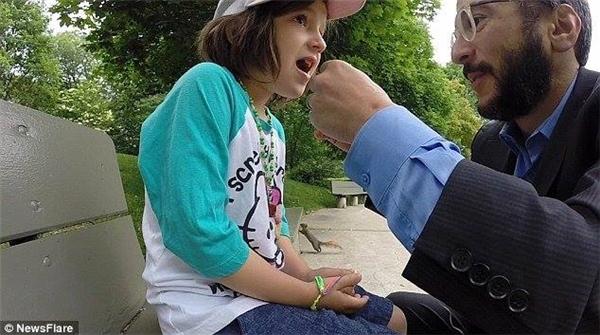 """Hai bố con đang chuẩn bị cho """"phi vụ nhổ răng dễ thương nhất lịch sử"""".(Ảnh: Internet)"""